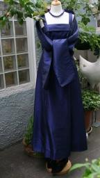 vintage-abendkleid-in-blau-mit-stola-und-lapislazuli-kette-800w