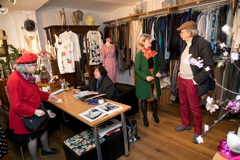 kommunikation-mit-kunden-im-vintage-secondhandladen-muenchen-fashion-and-fantasy-sz-pressebericht-2017-04-25